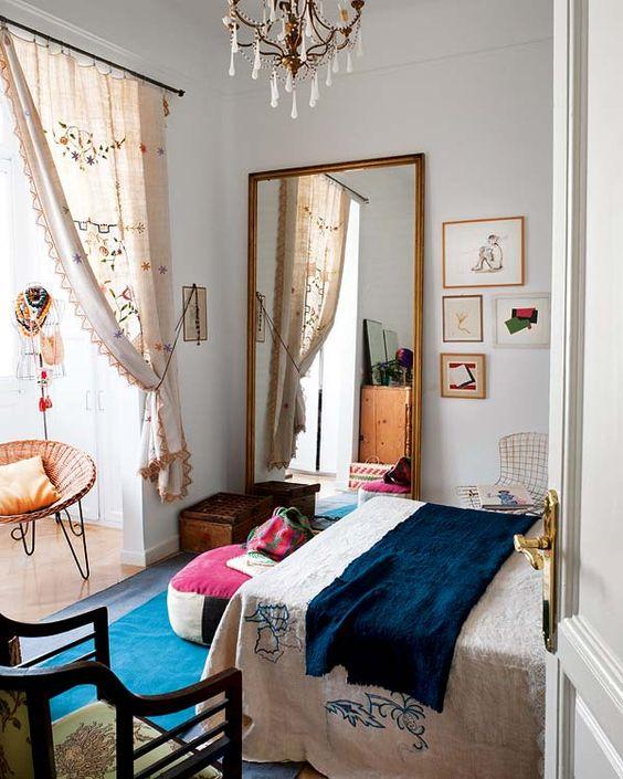 Une glace dans une chambre : le choix du miroir au coin du lit