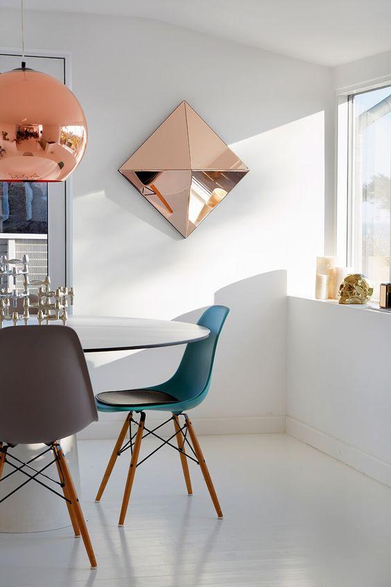 Un miroir rose et design à installer dans une pièce