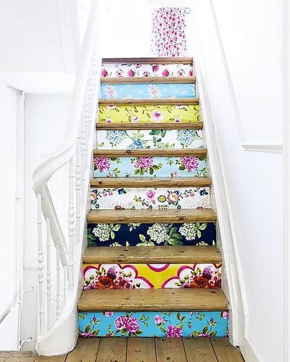 Des escaliers customisés par du papier peint