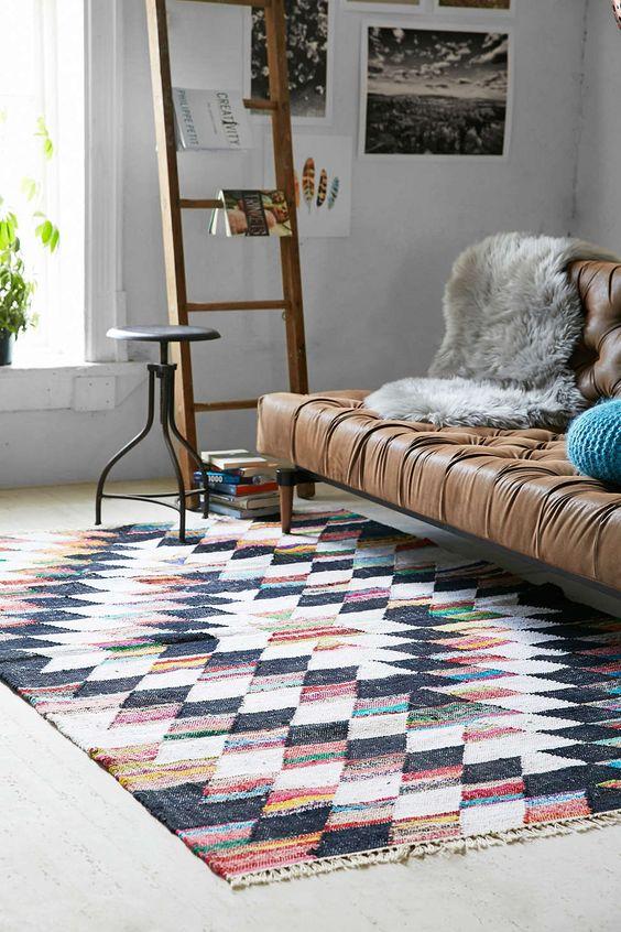 Un tapis graphique sous un canapé pour une déco intérieure réussie