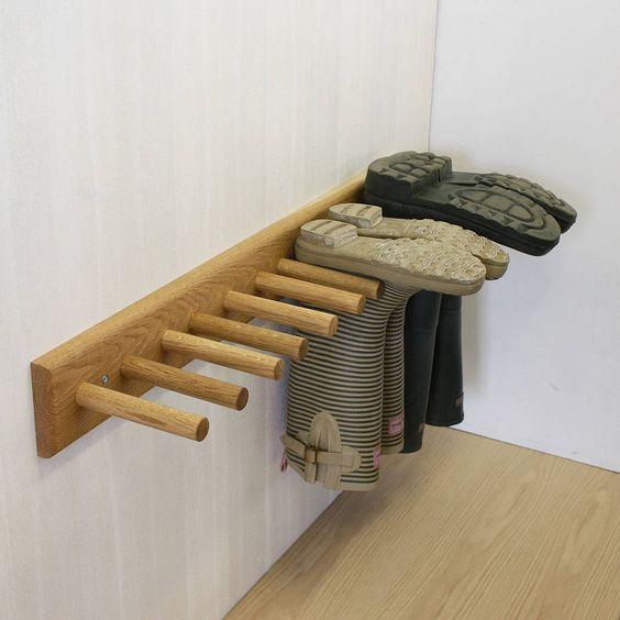 Un pose-chaussures ou porte-souliers au mur