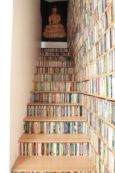 Un escalier bibliothèque : des livres de partout !