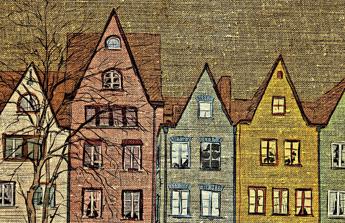des maisons pointues colorées