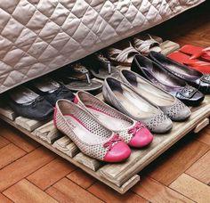 Des chaussures rangées sous le lit sur une palette