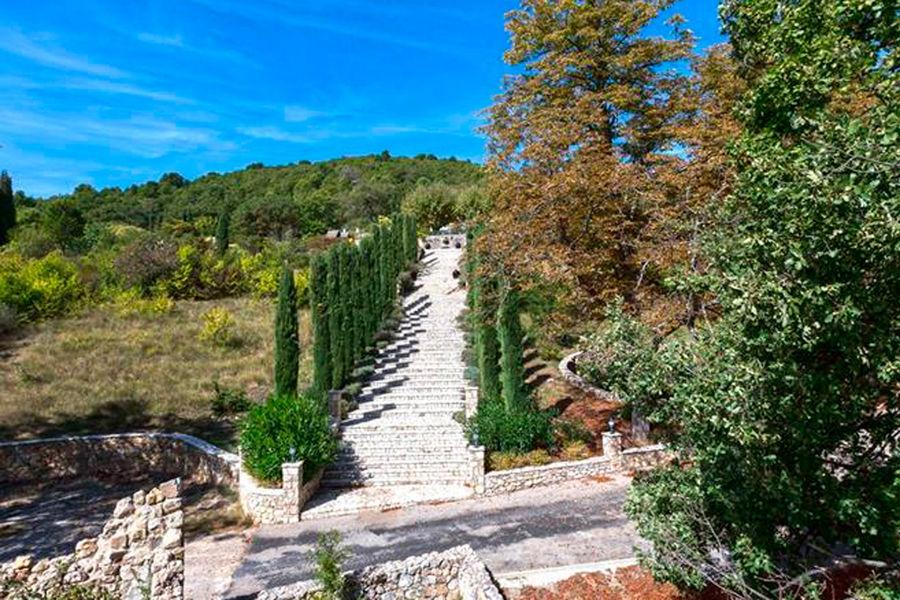 Escaliers menant à la demeure des Beckham en Provence