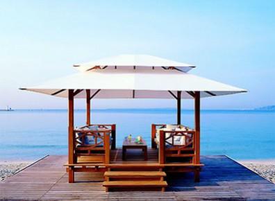 Gazébo ou abri terrasse très design en bois. Du haut de gamme !