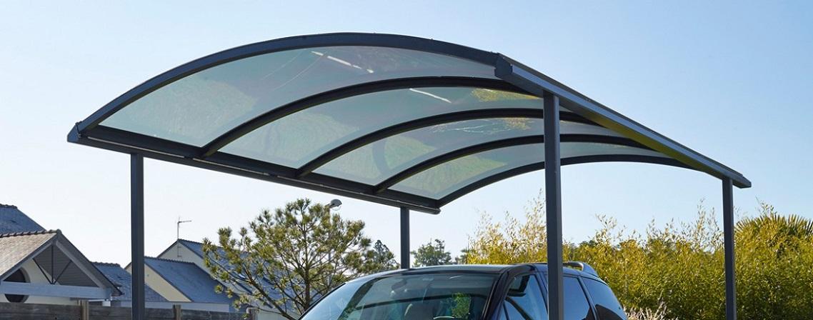Réagencer son extérieur avec un toit métallique en kit