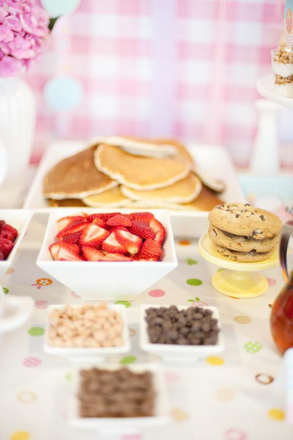 Petit-déjeuner pour enfants avec des pancakes