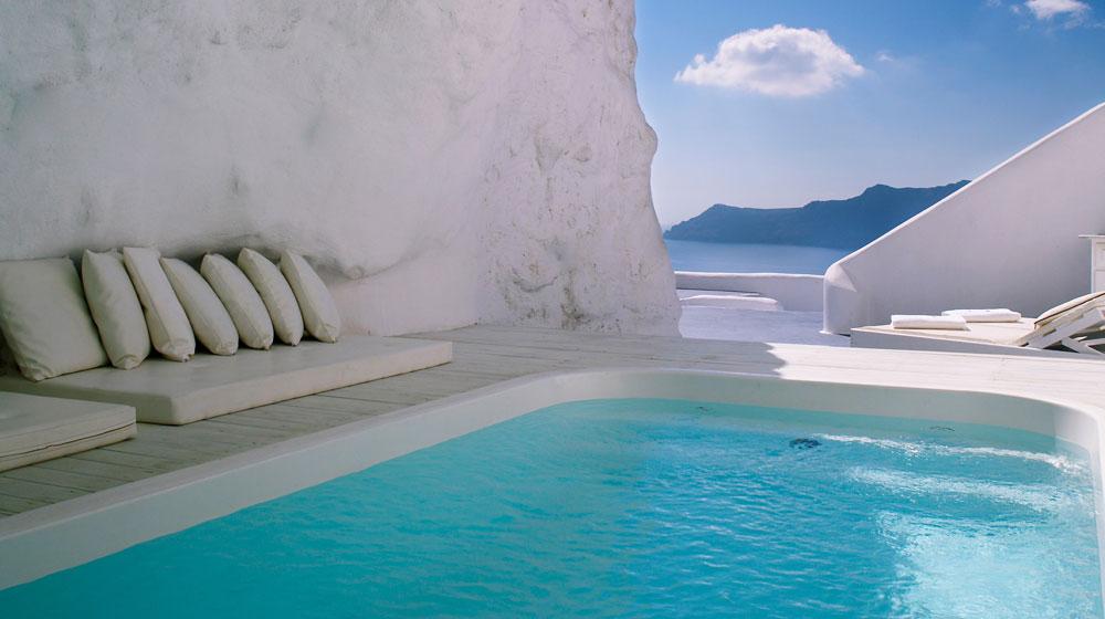 Vue époustouflante depuis la piscine grotte sur l'île de Santorin