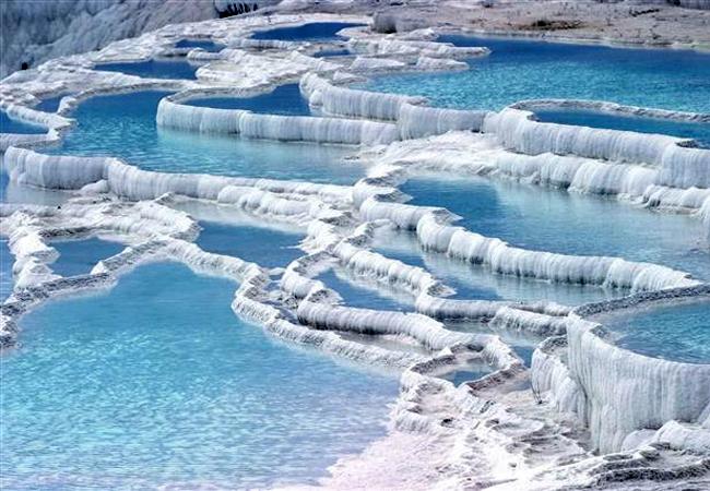 Pamukkale et ses bassins naturels dans les roches calcaires