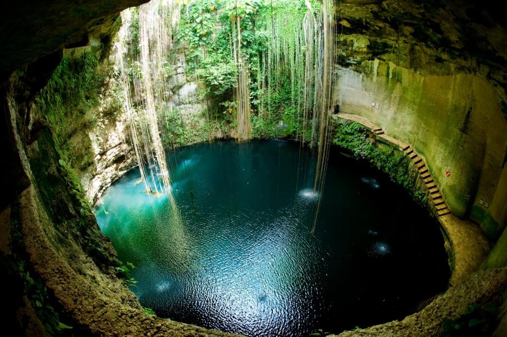 Grotte profonde à l'eau turquoise au Mexique