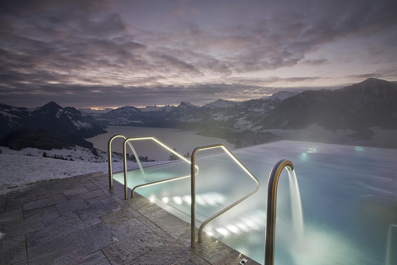 Piscine en hiver avec neige pour hôtel Villa Honegg en Suisse