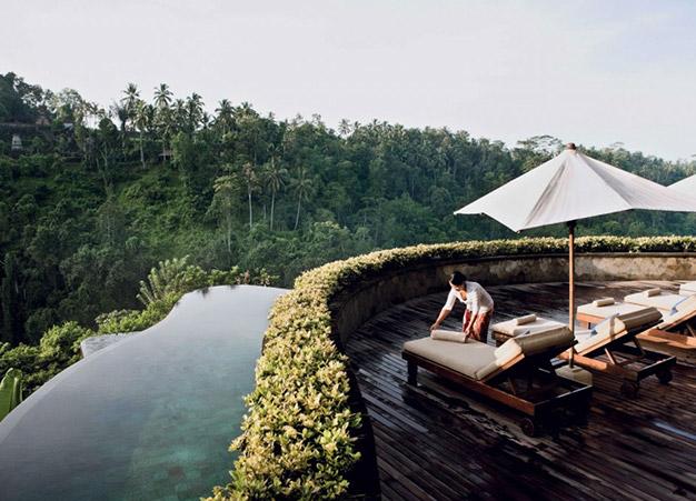 Bassin de l'hôtel Hanging Gardens à Bali niché en pleine jungle